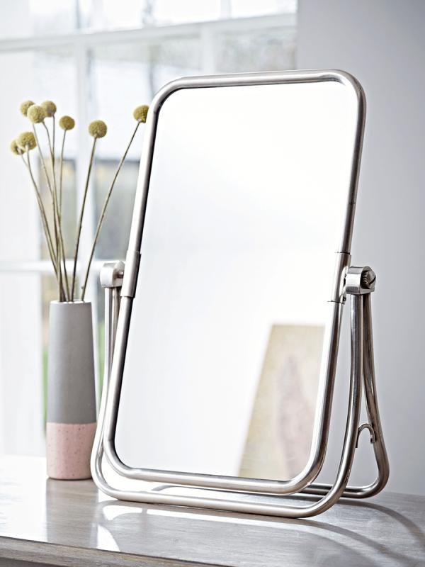 Gương để wax lông vùng kín tại nhà nên có chân đế, có thể điều chỉnh được hướng gương