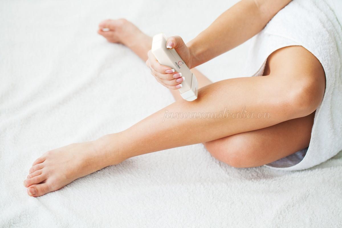 Tẩy lông tay, chân tại nhà siêu dễ với sáp wax lông ấm